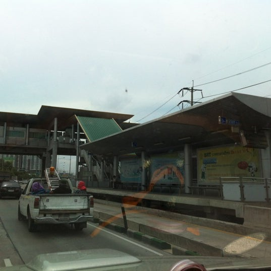 Photo taken at BRT วัดปริวาส (Wat Pariwat) by Pang T. on 5/25/2012