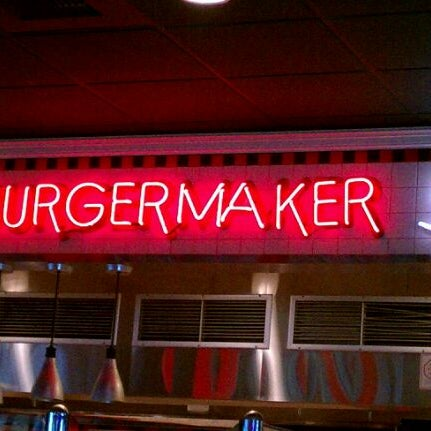 Photo taken at Red Robin Gourmet Burgers by Leah R. on 10/11/2011