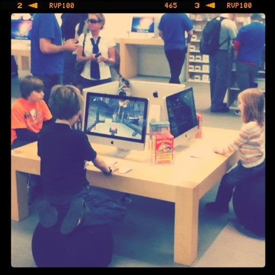 Photo taken at Apple Store, La Cantera by C Daniel R. on 1/5/2011