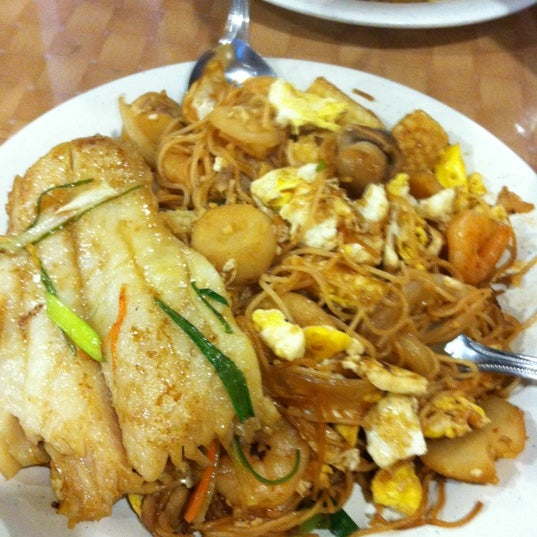 Photo taken at Hibachi Grill & Supreme Buffet by Lois C. on 6/23/2012