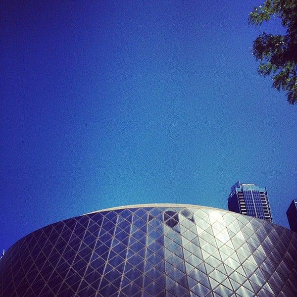 Снимок сделан в Roy Thomson Hall пользователем Amanda F. 6/8/2012