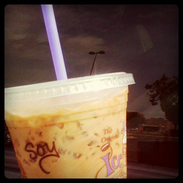 Photo taken at The Coffee Bean & Tea Leaf by Sophia H. on 7/1/2012