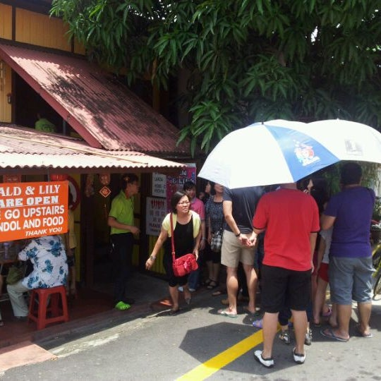 Photo taken at Donald & Lily Nyonya Food by Chun Hoong on 3/10/2012