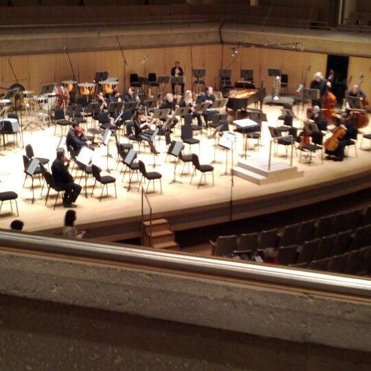 Снимок сделан в Roy Thomson Hall пользователем Elvin K. 3/2/2012