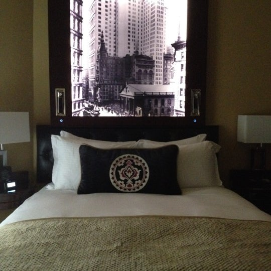 Photo taken at Algonquin Hotel Times Square, Autograph Collection by Dina G. on 8/26/2012