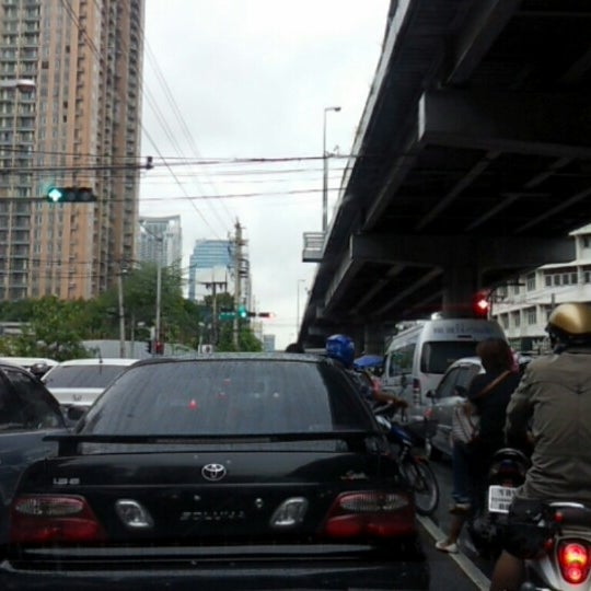Photo taken at แยกอโศก-เพชรบุรี (Asok-Phetchaburi Intersection) by Saranya E. on 7/26/2012