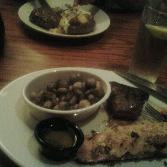 Photo taken at LongHorn Steakhouse by Jen N. on 4/2/2012