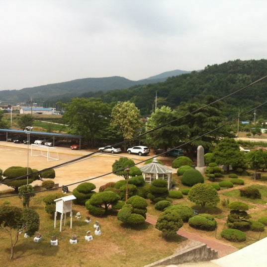 Photo taken at 성황초등학교 by Kyungbae Y. on 6/13/2012