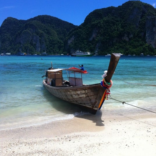 Photo taken at เกาะพีพีดอน (Koh Phi Phi Don) by Raquel S. on 8/15/2012