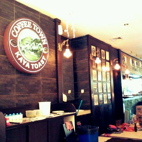 Photo taken at Coffee Town Kaya Toast by Haryadi B. on 9/1/2012