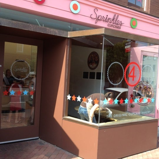 Photo taken at Sprinkles Cupcakes by Muneer A. on 7/5/2012