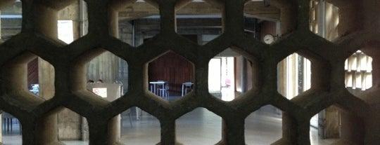 Facultad de Arquitectura y Urbanismo (FAU) is one of los mejores edificios de caracas.