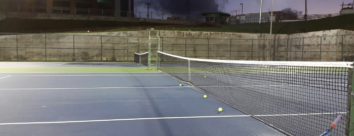 Shaw Park Tennis Court is one of Mayorships in Good Times.