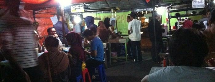Bebek Tugu Pahlawan is one of Kuliner Wajib @Surabaya.