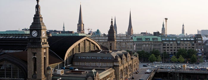 Hamburg Hauptbahnhof is one of Top 40 Foursquare Bahnhöfe.