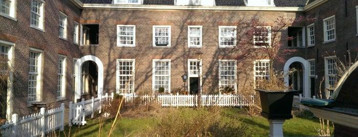 Karthuizerhof ('Huys Zitten Weduwen hofe') is one of Amsterdamse hofjes.