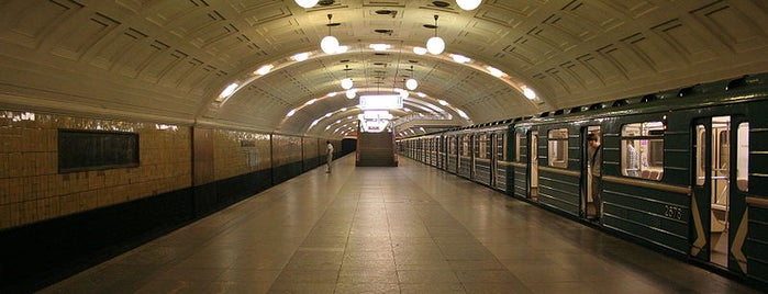 Метро Библиотека имени Ленина (metro Biblioteka Imeni Lenina) is one of Complete list of Moscow subway stations.