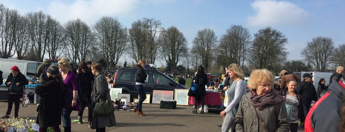 Chiswick Car Boot Sale is one of London todos.