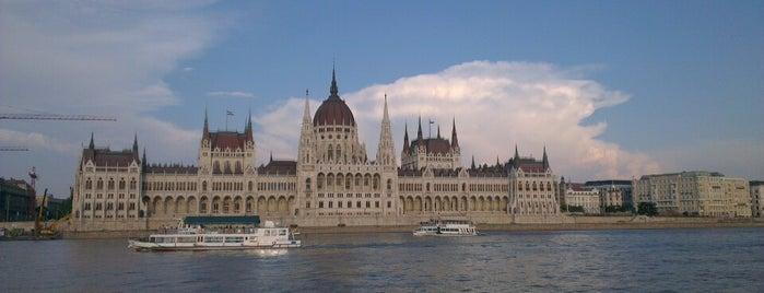 Batthyány tér (D11, D12, D13) is one of BKV D11 kikötők.