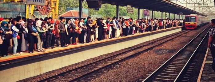 Stasiun Bekasi is one of sesuatu bgt yah :).