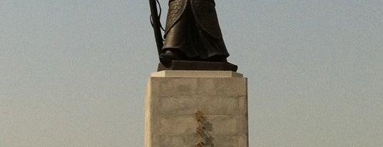 이순신장군상 (The Statue of Admiral Yi Sunsin) is one of Seoul City Badge - Lucky Seoul.