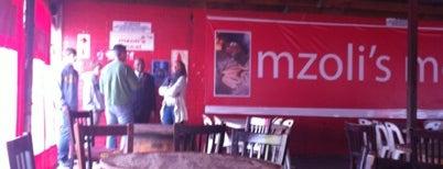 Mzoli's Meat Place is one of No te lo Pierdas: a menos de 1h de Ciudad del Cabo.
