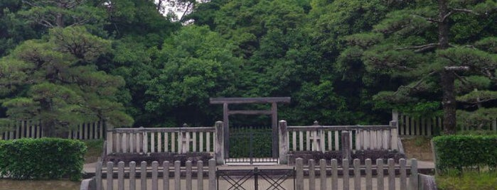 綏靖天皇 桃花鳥田丘上陵 (四条塚山古墳) is one of 天皇陵.