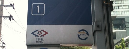 MRT Lumphini (LUM) is one of MRT.