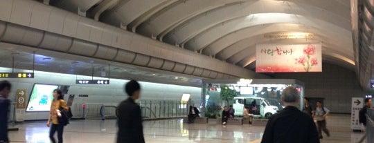 고속터미널역 (Express Bus Terminal Stn.) is one of Subway Stations in Seoul(line1~4 & DX).
