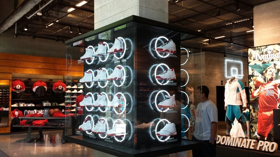 niketown chicago at 669 n michigan ave  btwn erie  u0026 huron  chicago  il