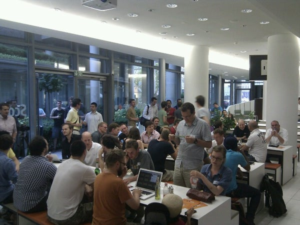 Participants waiting for the first pitch at the ScoutLounge Berlin