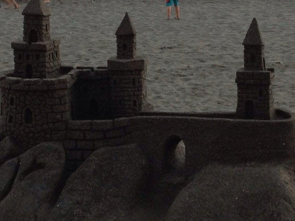 Castillo de arena en el paseo marítimo de Almeria.