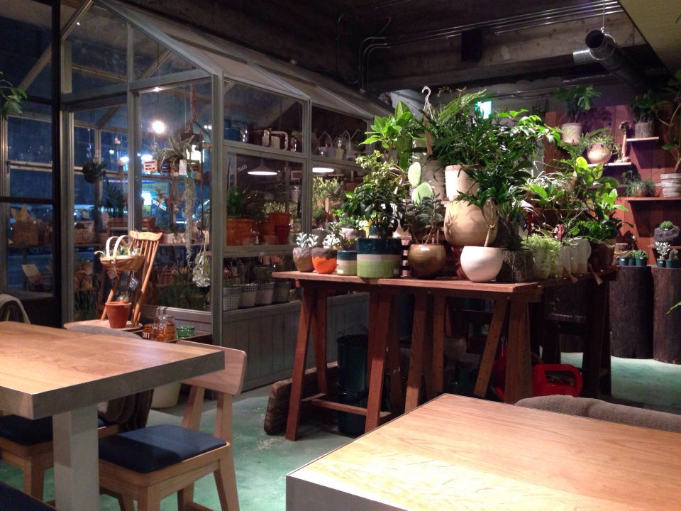 Biotop Corner Stand (Cafe)